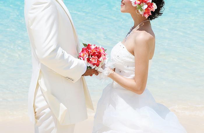 結婚式の誓いをする男女