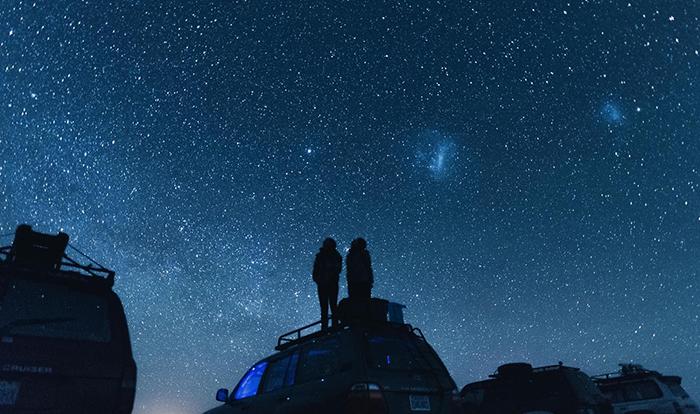 星空の下で分かち合う男女