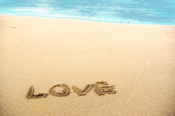 砂浜に描かれたLOVEの文字